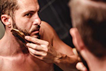 Homme qui se peigne la barbe